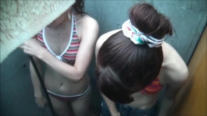 【隠し撮り動画】ビーチの簡易シャワー施設でキュートな娘さんがご来場!ビキニをズラすと可愛らしい乳首がポロリw